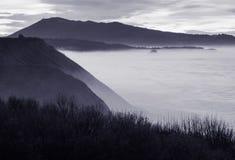 Härlig atmosfärisk landskapsikt i solnedgång på den atlantiska kustlinjen med enorma vågor, basque land, Frankrike arkivbilder