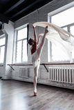 Härlig attraktiv ballerina som rymmer upp hennes ben royaltyfri foto