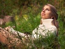 Härlig attraktiv bekymmerslös brunettflicka i fält royaltyfri foto