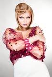 Härlig attraktiv blond kvinna i röd blus Royaltyfria Foton