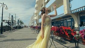 Härlig attraktiv flicka i citronaktiga långa rich lager videofilmer