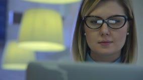 Härlig attraktiv kvinna på kafét med a lager videofilmer