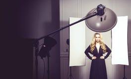 Härlig attraktiv modell som poserar i en svart klänning royaltyfri fotografi