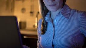 Härlig attraktiv stressad affärskvinna som arbetar på bärbara datorn Aftonkök dricka för kaffe lager videofilmer