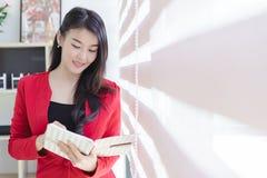 Härlig attraktiv ung asiatisk affärskvinna arkivfoton
