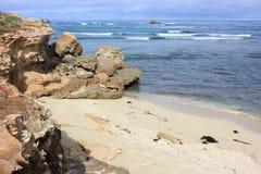 Härlig australisk stenig kustlinje Arkivfoto
