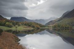 Härlig Autumn Fall landskapbild av Crummock vatten på sunrien arkivfoto