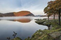 Härlig Autumn Fall landskapbild av Crummock vatten på sunrien royaltyfri bild