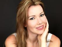Härlig avkopplad lycklig stående för ung kvinna fotografering för bildbyråer