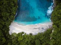Härlig avskild strand med det blåa havet övre sikt royaltyfria bilder