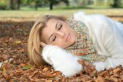 härlig avslappnande kvinna arkivbild
