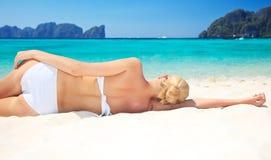 härlig avslappnande kvinna för strand arkivfoton