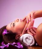 Härlig avslappnande kvinnlig i brunnsortsalong Royaltyfria Foton