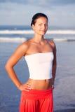 härlig avslappnande sjösidasportkvinna Arkivfoto