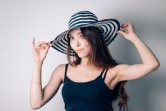 Härlig bärande hatt för trendig kvinna Sommar royaltyfri bild