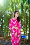 Härlig bärande japan Yukata för ung kvinna Royaltyfri Foto