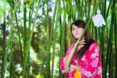 Härlig bärande japan Yukata för ung kvinna Royaltyfri Fotografi