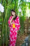 Härlig bärande japan Yukata för ung kvinna Arkivfoto