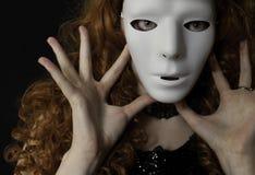 Härlig bärande maskering för ung kvinna Royaltyfri Foto