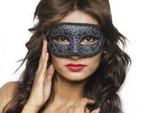Härlig bärande Venetian maskering för ung kvinna Royaltyfria Foton