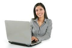 härlig bärbar dator för brunettaffärskvinnaindier Fotografering för Bildbyråer