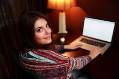 härlig bärbar dator genom att använda kvinnan Arkivbilder