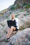 härlig bärbar datorseashorekvinna Fotografering för Bildbyråer
