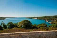 Härlig bästa sikt av fjärden från fästningväggarna Fästning Fortaleza de Jagua Kuba Cienfuegos royaltyfri foto