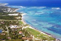 Härlig bästa sikt: gömma i handflatan det karibiska havet för turkos, sandig strand, dungen, hotell på en ljus solig dag royaltyfria bilder