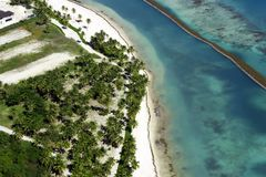 Härlig bästa sikt: gömma i handflatan det karibiska havet för turkos, sandig strand, dungen, hotell på en ljus solig dag arkivfoto