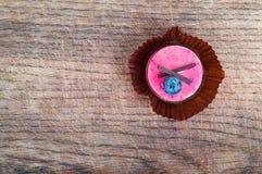Härlig bakelse, liten färgrik söt kaka på träbakgrund Fotografering för Bildbyråer