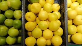 Härlig bakgrund av den gula försäljningen för mogen grapefrukt på grönsakmarknaden royaltyfri fotografi