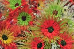 Härlig bakgrund för mångfärgade konstgjorda blommor royaltyfri fotografi
