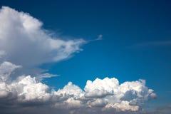 Härlig bakgrund för molnig himmel Arkivbilder