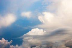 Härlig bakgrund för molnig himmel Arkivfoton