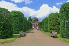 Härlig bakgrund för trädgårdkonstgarnering i den London allmänheten parkerar royaltyfri foto