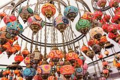 Härlig bakgrund med arabisk stil för färgrika lampor av decorat Arkivbild