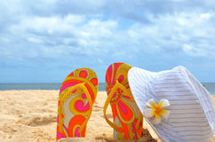 Härlig bakgrundsstrand, flipmisslyckanden, hatt, sand Begreppet av semestern och avkoppling Royaltyfri Fotografi