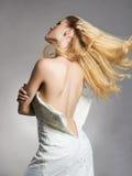 Härlig baksida av brudkvinnan i bröllopsklänning royaltyfri foto