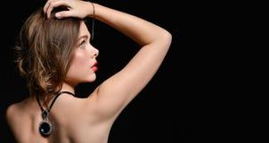 Härlig baksida av en ung kvinna med en halsband på hennes nakna baksida fotografering för bildbyråer
