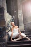 Härlig balettkvinna på trappa arkivfoto