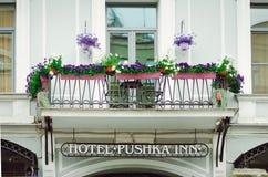 Härlig balkong som dekoreras med blommor Typisk arkitektur av Petersburg fotografering för bildbyråer