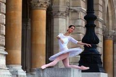 Härlig ballerina i den vita ballerinakjolen framme av en slott arkivbilder