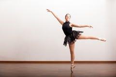 Härlig ballerina i en ballerinakjol Arkivfoton