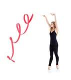 Härlig ballerina med ribbonstands på tåspetsarna Royaltyfri Foto