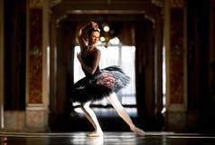 Härlig ballerinadans i en korridor mot fönstret royaltyfria foton