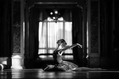 Härlig ballerinadans i en korridor mot fönstret royaltyfria bilder