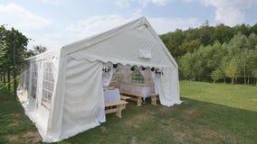 Härlig bankettkorridor under ett tält för ett bröllopmottagande stock video