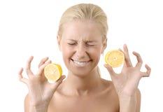 härlig barn för citron för flicka holding isolerat surt royaltyfri foto