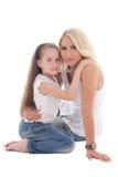 Härlig barnmoder med den lilla dottern som isoleras på vit Royaltyfri Fotografi